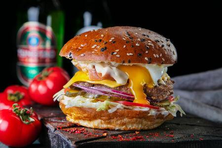 Классический бургер с беконом и яйцом