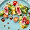 Фото к позиции меню Стейк из тунца с овощами и облепиховым соусом