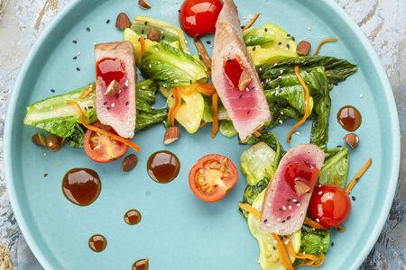 Стейк из тунца с овощами и облепиховым соусом
