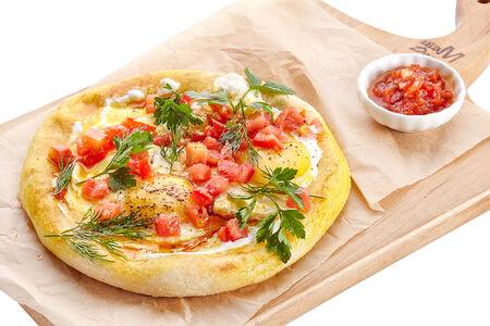 Жареное яйцо на лепешке по-турецки