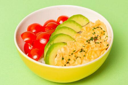 Боул Скрэмбл с рисом и авокадо