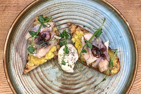 Бутерброд с сельдью, картофелем и яйцом пашот