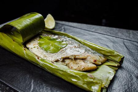 Дорада печёная в банановом листе с лемонграссом и тайским базиликом
