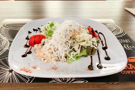 Салат с копченым окороком и грибами