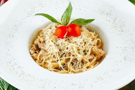 Спагетти с куриным филе и грибами