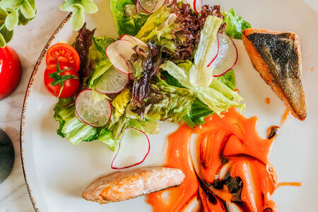 Салат с лососем гриль под апельсиново-морковным гелем