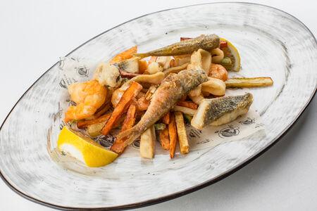 Фритто мисто из барабульки, сибаса, креветок и кальмаров