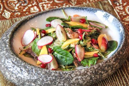 Салат с уткой и ореховым соусом