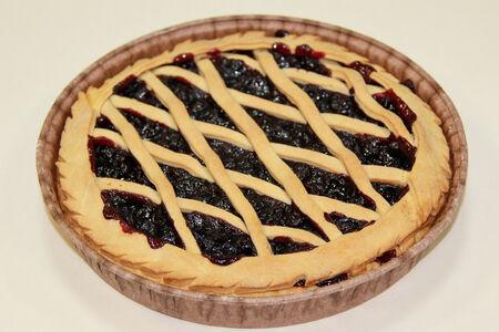Пирог песочный с черной смородиной