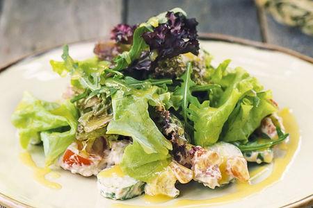 Салат с копченым лососем и авокадо