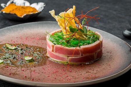 Татаки из тунца с авокадо и салатом чукка
