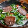 Фото к позиции меню Салат из говядины, обжаренной на гриле и соусом из кокосового молока с кинзой и мятой