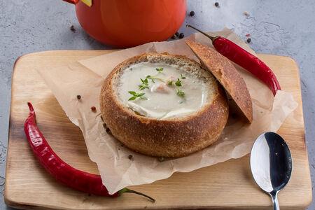 Крем-суп Чаудер с курицей и сельдереем в домашнем хлебе
