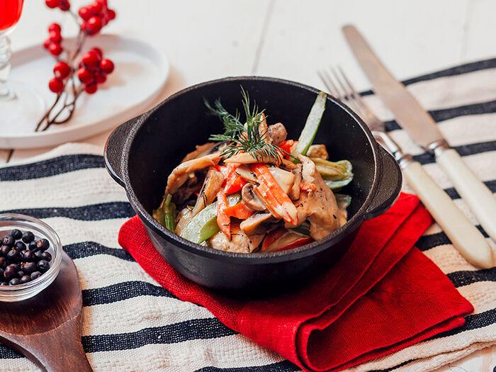 Куриная грудка с овощами и грибами в горшочке