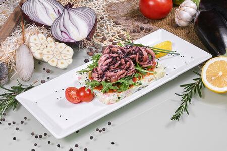 Тёплый салат с жареными щупальцами кальмаров