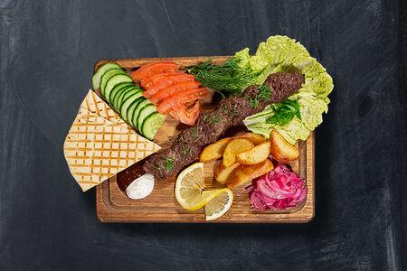 Люля-кебаб на тарелке