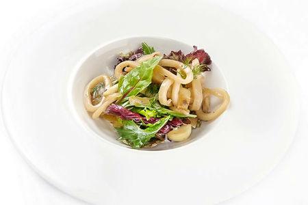 Теплый салат с кальмарами и молодым картофелем