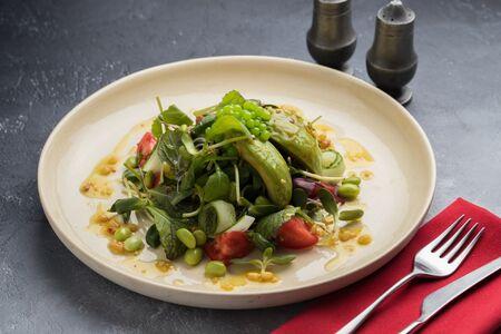 Листовой салат с авокадо