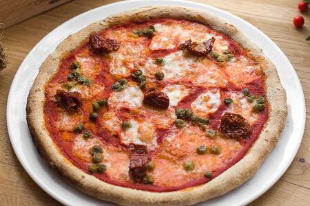Пицца с каперсами и вялеными томатами