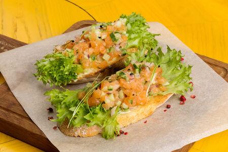 Хрустящий хлеб с тартаром из лосося