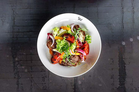 Теплый салат с мраморной говядиной гриль