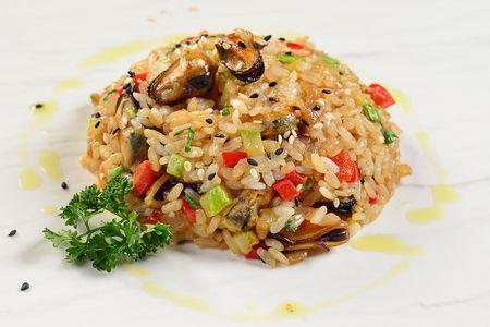 Японский рис с мидиями и овощами