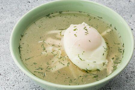 Куриный суп с лапшой и яйцом пашот