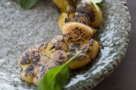 Бэби картофель, жаренный с елкой и чесноком