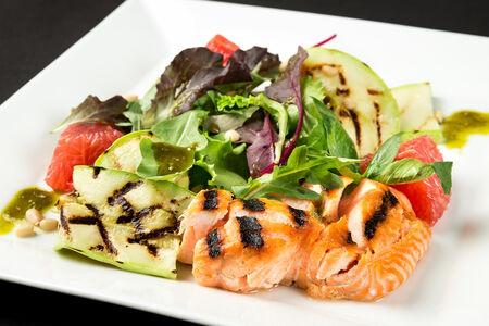 Салат-гриль с лососем
