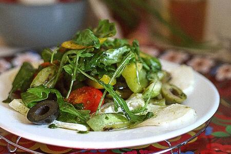 Салат из запеченных овощей с брынзой и соусом песто