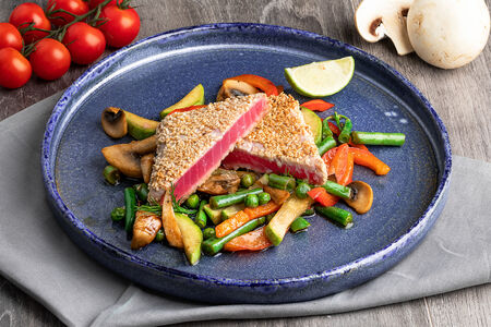 Стейк из тунца с овощами
