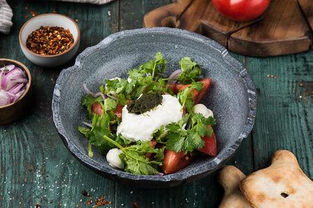 Салат с томатами и соусом мацони