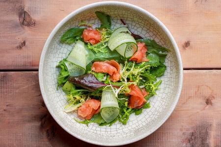 Салат с лососем и песто