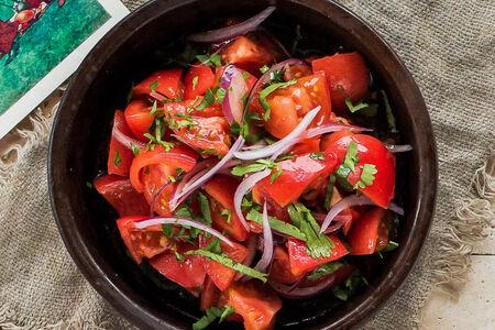 Салат с помидорами и красным луком