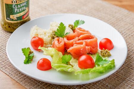 Салат с лососем и кускусом