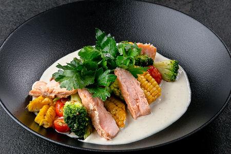 Салат теплый с лососем г/к