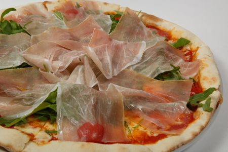 Пицца с ветчиной парма