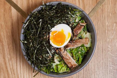 Салат с сочным цыпленком, яйцом и нори
