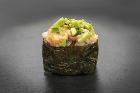 Суши Острое с угрем и авокадо