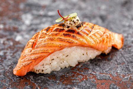 Нигири суши с опаленным лососем