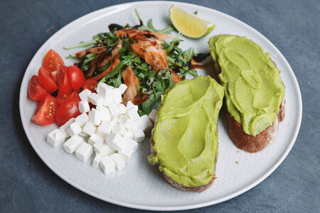 Авокадо тост с черри и фетой