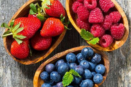 Топпинг к каше: свежие ягоды (клубника, малина, голубика)