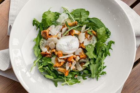 Салат с лисичками и яйцом пашот