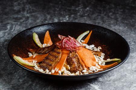 Салат из куриной грудки, соевой спаржи, сельдерея, зелени и рисовых хлопьев