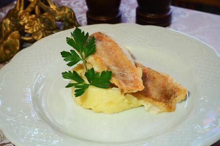 Морской окунь жареный с картофельным пюре