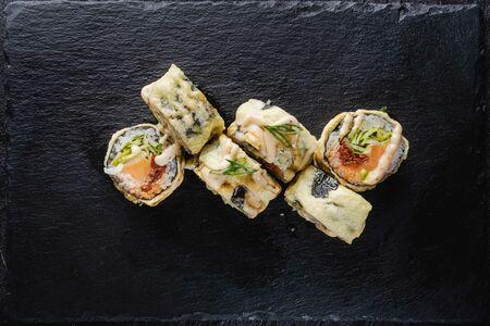 Ролл с лососем в темпуре