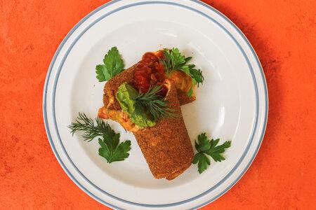 Чимичанга с двумя сырами, томатами и гуакамоле