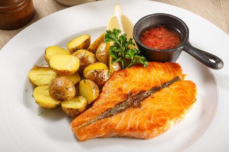 Стейк из лосося с молодым картофелем