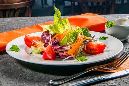 Грин салат с соусом от шефа