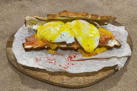 Яйцо Бенедикт со слабосоленым лососем